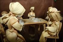Městské muzeum ve Veselí nad Moravou představuje výstavu kraslic a figurek z kukuřičného šústí.