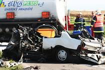 Řidič Peugeotu i se svou spolujezdkyní vjel přímo pod náklaďák. Muž následkům nehody na místě podlehl