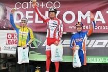 Valchovský kameňák vyhrál blanenský biker Milan Šustek. Na stupních vítězů uprostřed.
