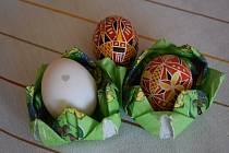 Slepice snesla vejce se srdíčkem.