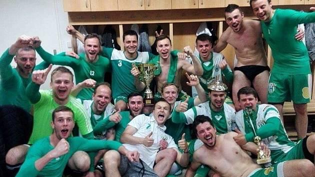 Fotbalisté Bzence si triumf nad Tišnovem vychutnávali.