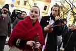 Hodonínem prošel početný průvod spolu s cimbálovou muzikou s několika zastávkami – u knihovny, fary či Masarykova muzea a radnice. Krojovaní divákům zatančili také obřadní tanec pod šable.