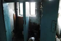Požár v místnosti bývalé žarošické školy.