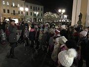 Na společné zpívání koled přišlo při akci Česko zpívá koledy na hodonínské náměstí asi sto lidí.
