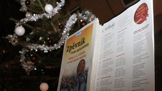 Hodonínsko zpívalo koledy: zapojily se stovky lidí, tříletá dívka se roztančila