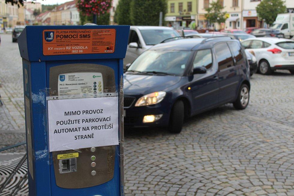Parkování v Kyjově na Masarykově náměstí první zářijový den.