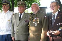 Historik a právník Jan Kux (druhý zprava) po ocenění Pamětní medailí Miloše Uhra, hrdiny slovenského národního povstání.