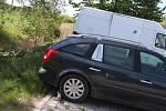 Řidič si v pátek zajistil vůz značky Renault na téměř novém parkovišti v Okružní silnou větví.