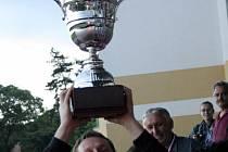 Brankář Ježova Aleš Habáň zvedl na tribuně kyjovského stadionu trofej pro vítěze okresního poháru.