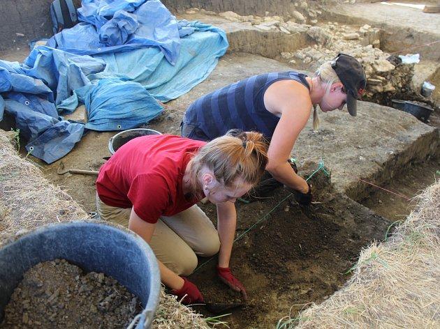 Velkomoravské hradiště u Mikulčic - archeologický výzkum opevnění předhradí.