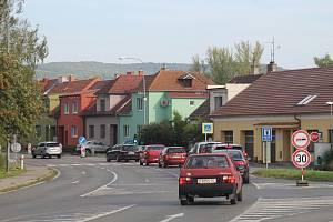 Úsek opravované krajské silnice II/432 v Boršovské ulici u železničního přejezdu trati spojující Kyjov s Brnem.