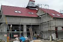 Pracovníci dokončují stavbu nové hasičské zbrojnice v Šardicích.