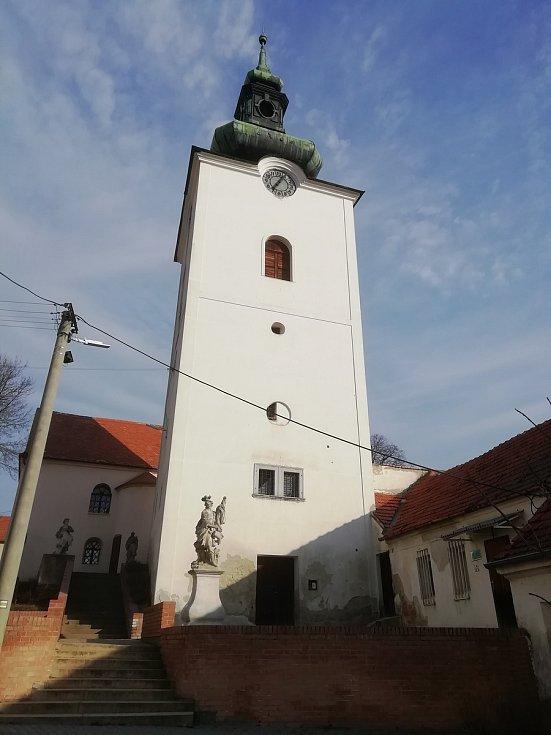 Věž kostela svaté Markéty v Přítlukách na Břeclavsku.