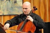 Violoncellista albánského původu Bledar Zajmi nabídli veselským posluchačům nevšední zážitek.