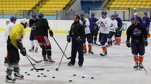 Trenéra Konečného v příští sezoně u hokejových Drtičů nahradí Tibor Janás.