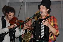Circus Problem rozpumpoval slušně zaplněný sál Evropa skvělými skladbami. Necelé dvě stovky návštěvníků čtvrtečního koncertu se bavily i přesto, že kapela začala hrát s více než hodinovým zpožděním.