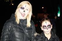 Na středečním strašidelném reji v hodonínské zoo se sešli lidé v kostýmech, aby oslavili Halloween.
