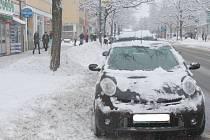 Hodonín zasypala sněhová nadílka. Auta získala bílou čepici, v zasněženém parku si lidé prošlapali cestičky.