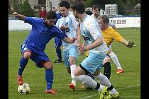Veselští fotbalisté (v bílých dresech) inkasovali v Lednici šest branek a na hřišti Moravanu vysoko prohráli 3:6.
