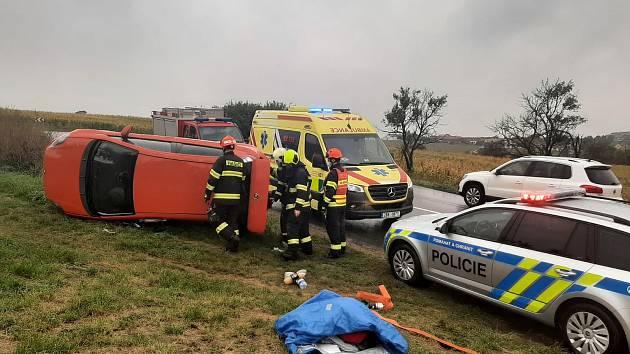 Červený Fiat zůstal po nehodě mezi Čejkovicemi a Mutěnicemi na boku.