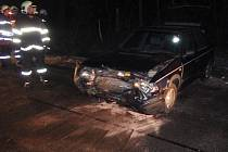 Nehoda u Dambořic, kde se při vyhýbání spadlého stromu strazily dvě felicie.