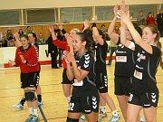 Házenkářky Veselí nad Moravou (v bílých dresech) nezvládly jeden z nejdůležitějších zápasů letošní sezony, když doma prohrály s Olomoucí 21:30 a opět po roce budou hrát pouze o záchranu interligy.