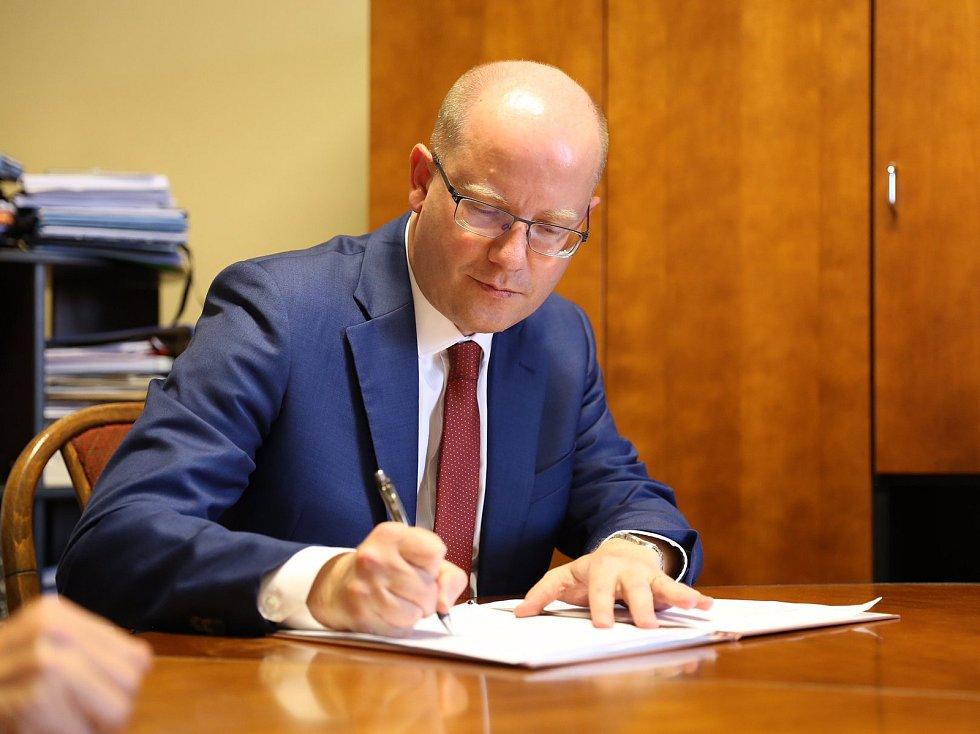 Premiér Bohuslav Sobotka podepsal v Moravském Písku petici proti těžbě štěrkopísku u obce.