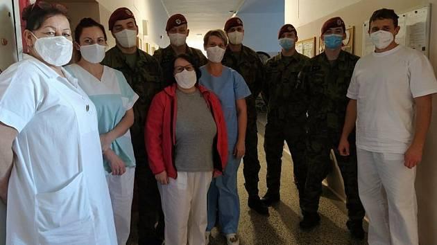 Pět výsadkářů z elitního pluku přicestovalo z Chrudimi do hodonínské nemocnici. Svou pomoc zahájili službou na oddělení ošetřovatelské péče.