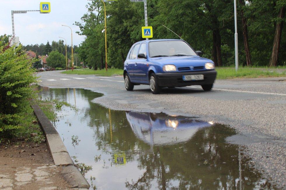 Následky nedělní bouřky v ulicích Rohatce.