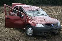 Starší muž dostal mezi Strážnicí a Radějovem smyk na mokré vozovce, auto skončilo v poli na střeše.