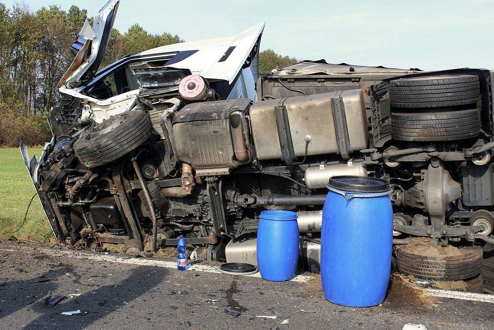Vážná dopravní nehoda s tragickými následky se stala na silnici mezi Vracovem a Vlkošem. Při srážce osobního a nákladního auta zemřel jeden člověk.