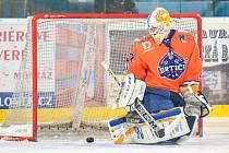Hodonínští hokejisté doma prohráli se Vsetínem 5:6. Závěr sobotního utkání pokazili hostující příznivci, kteří patnáct vteřin před koncem vhodili na led pyrotechniku.