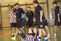 Útočník Ondřej Zýbal si v semifinále Kyjovské halové ligy neopustil zbytečný zákrok na Petra Lungu. Po tvrdém faulu se strhla menší strkanice.