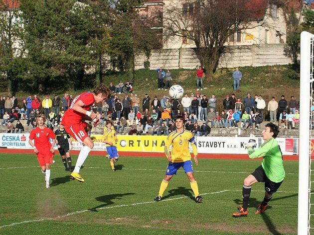 Střídající mladík Patrik Twardzik střílí rozhodující gól.
