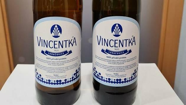 Luhačovická minerální voda Vincentka slaví 200 let ve skle. Speciální edice u té příležitosti má tmavší barvu více do zelena (vpravo).