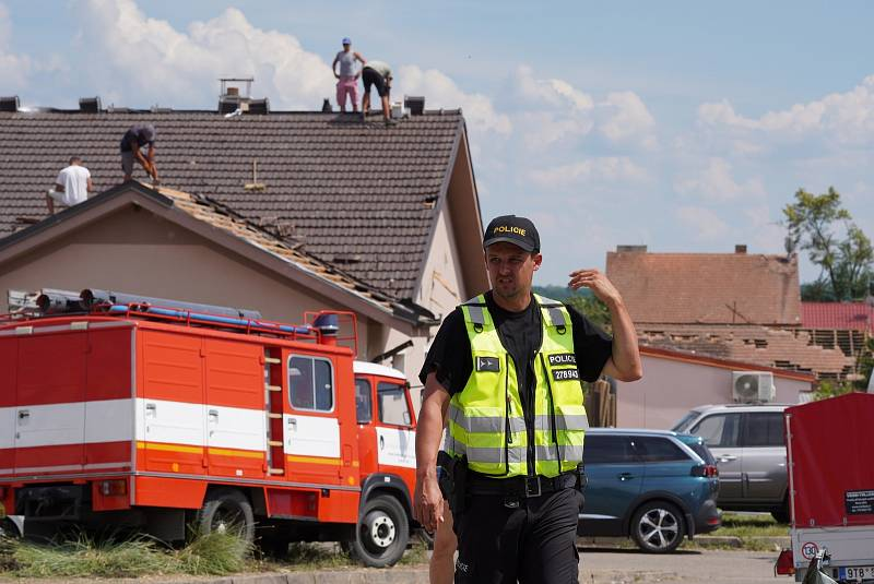 V Mikulčicích na Hodonínsku je poškozeno asi 300 domů. Provizorně opravené střechy zmodraly díky plachtám, u kulturního domu je i trikolóra a nechybí česká vlajka.