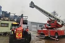 Požár zničil v neděli jednu z budov v areálu firmy v Moravském Písku na Hodonínsku. V plamenech se ocitla střecha rozsáhlého objektu, která se postupně celá propadla.