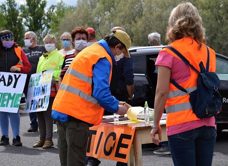 Na dvě stě padesát Čechů a Slováků se sešlo na hranici Sudoměřice - Skalica. Protestovali za znovuotevření hranic a podepisovali také petici.