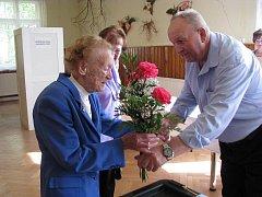 Ve svých sto sedmi letech přišla Julie Vašíčková k volbám s úsměvem.