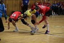 Hodonínské házenkářky (v červeném) čeká v sobotu důležitý zápas ve Zlíně.