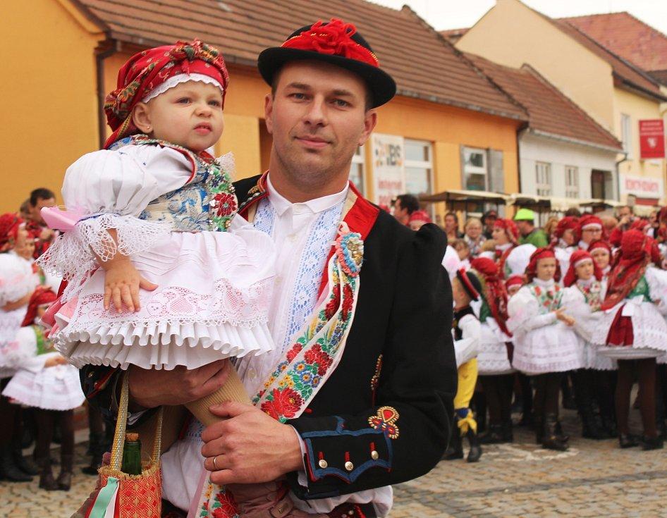 Tradiční hody ve Vracově začaly novým českým rekordem. V průvodu prošlo 566 účastníků oblečených v místních krojích.