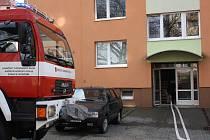 Požár dnes v Hodoníně kolem poledne vyděsil obyvatelé panelového domu kousek od pošty. Dva z nich byli zranění.