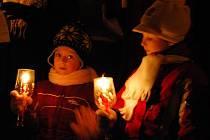 Děti zpívají u vánočního stromu v Kyjově.