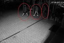 Po agresorech ze Žarošic pátrají policisté, jejich totožnost mohou lidé hlásit na linku 158.