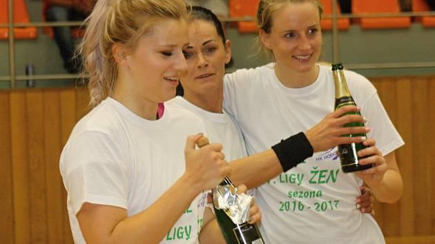 Hodonínské házenkářky slaví největší úspěch klubové historie. Svěřenkyně trenérů Reného Gärtnera a Mariána Šupíka vyhrály první ligu žen. Radost měli také věrní fanoušci.