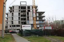 Soukromý investor pokračuje ve stavbě bytového domu v Očovské ulici v Hodoníně.