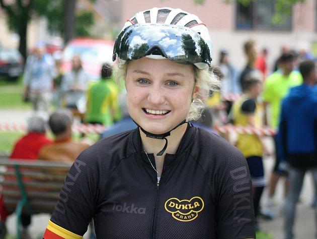 Mladá cyklistika Tereza Korvasová v letošní sezoně hájí barvy pražské Dukly. Má za sebou závody Českého poháru i etapový mezinárodní podnik Gracia Orlová.