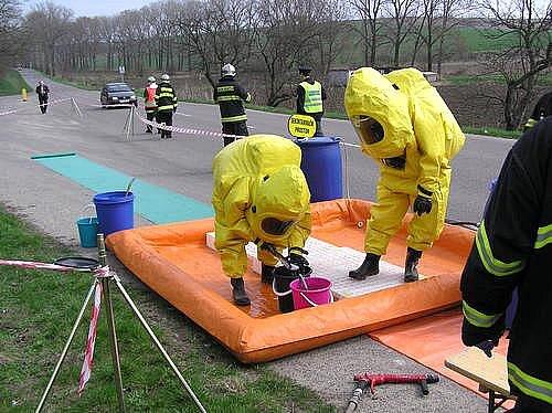V Hovoranech našli sudy s nebezpečným odpadem, hasiči proto na místo povolali speciální skupinu chemiků z Tišnova.