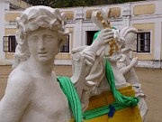 Kamenné sochy bohů se vracely zpátky na atiku milotického zámku.