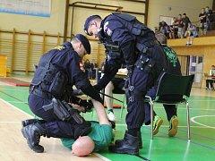Studenti středních škol Hodonínska změřili ve čtvrtek v Kyjově síly se členy policejního sboru. Na druhém ročníku sportovně-prezentační akce navíc poznali služební výzbroj, výstroj i techniku.